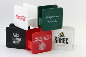 Stojánky na tácky - různé barvy, různá loga