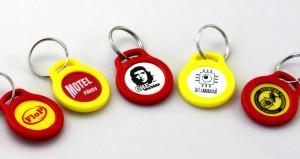 Přívěsek a žeton - kombinace žluté a červené včetně reklamního potisku