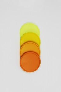 Žluté a oranžové žetony (chipy, tokeny, plastová kolečka)
