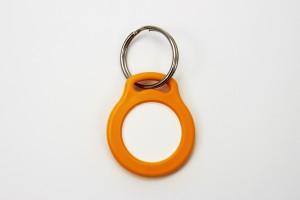 Žluto-oranžová klíčenka s žetonem (chip, token, plastové kolečko)