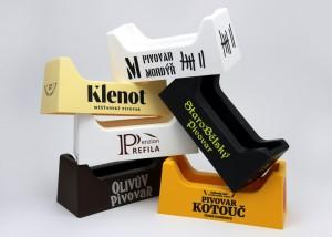 Stojánky na pivní tácky - různé barvy, různá loga
