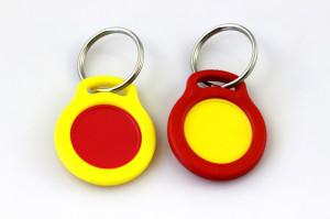Přívěsek a žeton - kombinace žluté a červené